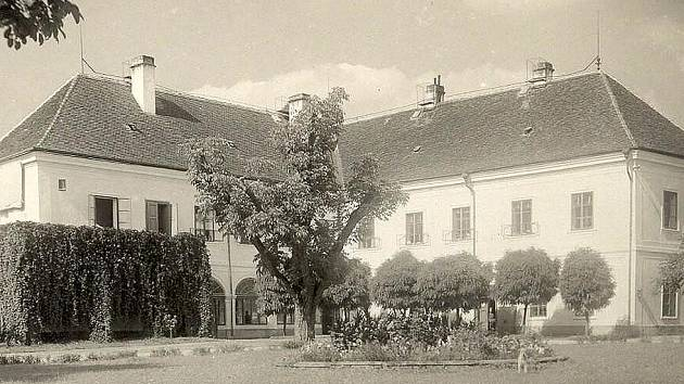 Zámek v Hostouni na fotografii z roku 1939.