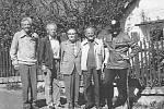 OSOBNOSTI LYŽOVÁNÍ NA CHODSKU. Snímek pořízený z roku 1989 zachycuje zleva: Tomšů Anderle, Bohumil Váchal, Antonín Veber, Jan Svatoš a Gáby Koubek.
