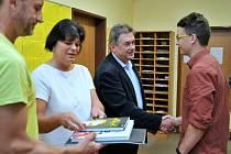 Předávání knih v holýšovské škole.