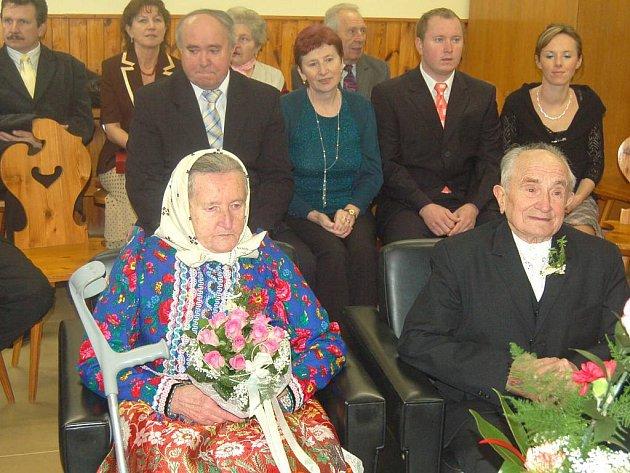 Manželé Marie a Václav Herlíkovi ze Starého Klíčova jsou spolu už šedesát let.  Poslední den v roce oslavili diamantovou svatbu.