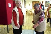 Senioři z domažlických penzionů volili prezidenta a moc si toho považovali. Společně hodily obálky do urny Marie Hanáčková a Anna Přibková.