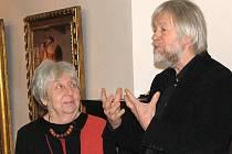 HELGA HOŠKOVÁ–WEISSOVÁ NA VERNISÁŽI U ŠPILLARŮ. Na té promluvil i kurátor výstavy, předseda spolku Flossenbürg Hans–Simon Pelanda.