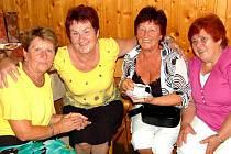 Setkání rodákú se zúčastmily (zleva) i Marie Nohavcová a Marie Volná. S kamarádkami si měly co povídat.