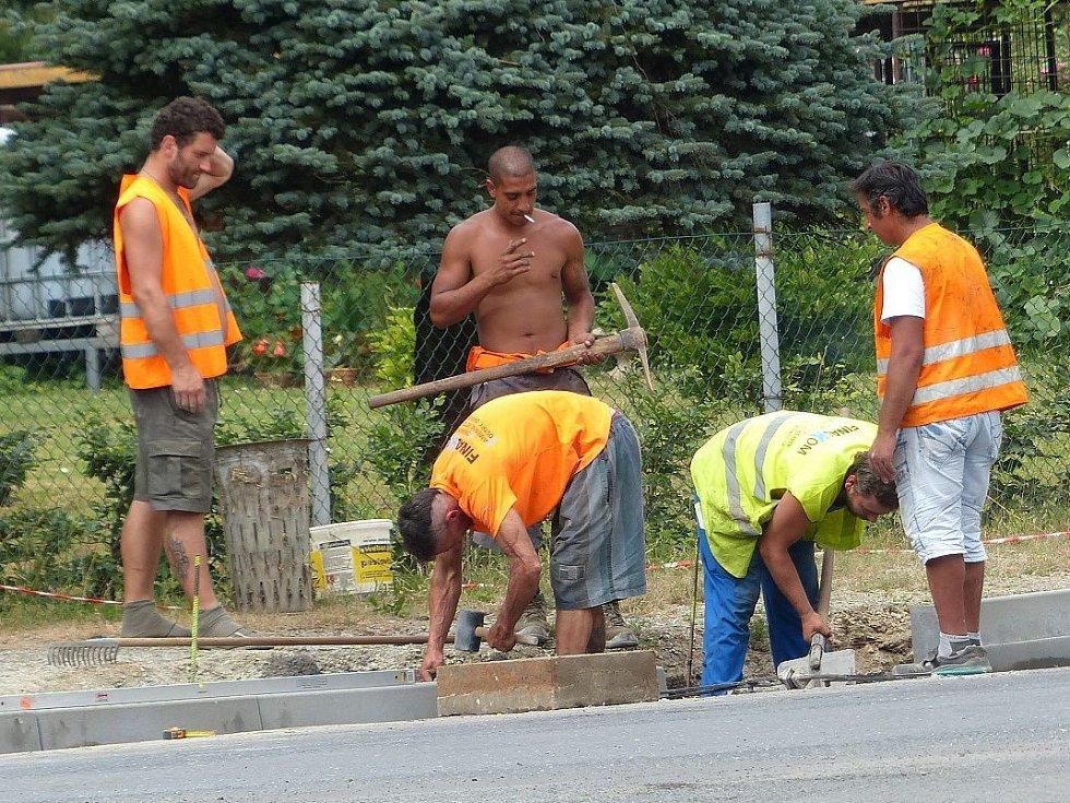 Z výstavby chodníků v Srbech. Dělníci makali horko-nehorko.