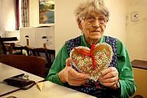 Anna Doubková dostala perníkové srdce ke svým 90. narozeninám.