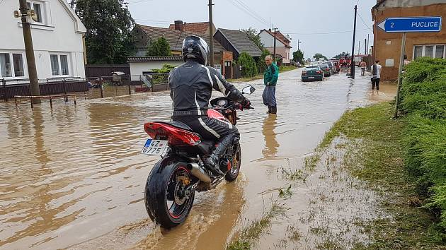 Povodeň ve Křenovech v sobotu 23. června 2016.
