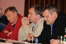 VOLEBNÍ VALNÁ HROMADA.  Karel Sladký z Postřekova (uprostřed) byl na páteční valné hromadě opět zvolen předsedou Okresního fotbalového svazu Domažlice.