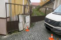 Špatně zaparkované auto narazilo do oplocení domu v Bělé nad Radbuzou a poškodilo sloupky elektrické a plynové přípojky. Škoda se vyšplhala na 80 tisíc.
