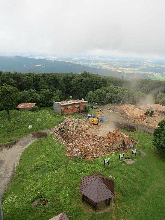 Těžká technika na Čerchově od půlky července bourala bývalé vojenské objekty. Práce už jsou hotové, na vrchol Českého lesa už zase mohou turisté.