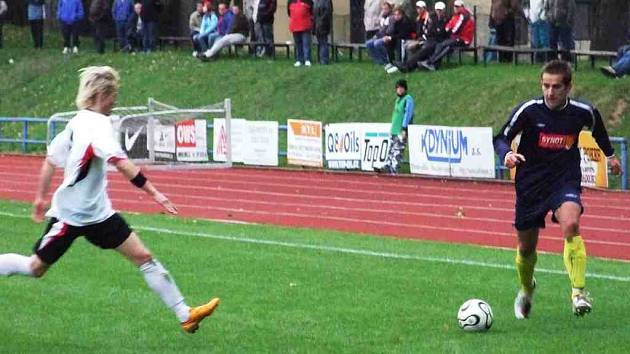 U míče domažlický obránce Pavel Cihlář, který se gólové šance nemohl dlouhou dobu dočkat