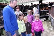 Z pouťové výstavy staňkovských chovatelů. Většina příchozích dětí se zaměřila na pozorování nutrií rodinky. Přece jen není nutrie takovým ´všedním´ druhem, jako například drůbež či králíci.