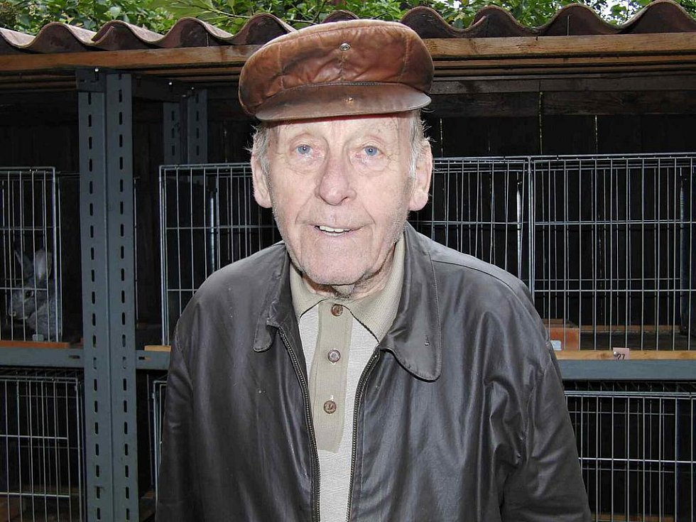 Z pouťové výstavy staňkovských chovatelů. Na výstavu přišel i okresní předseda chovatelů Bohumil Zeman.