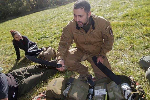 Amar Ibrahim vede kurzy přežití vpřírodě. Byl stím ivShow Jana Krause.