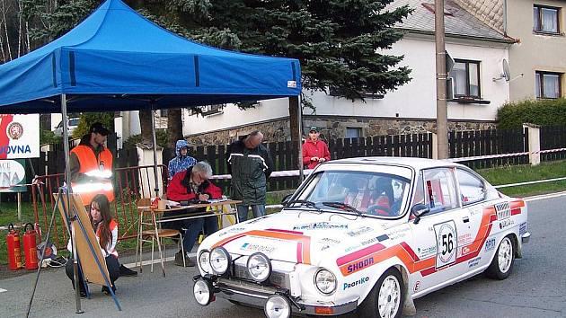V CÍLI. Posádka Bohumír Svoboda st. a Ivan Trojan právě dorazila do cíle rychlostní zkoušky Černíkov – Kdyně.