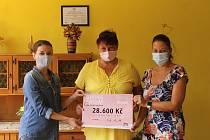 Předání šeku vedení Městského centra sociálně rehabilitačních služeb - domov pro seniory Domažlice v ulici Prokopa Velikého.