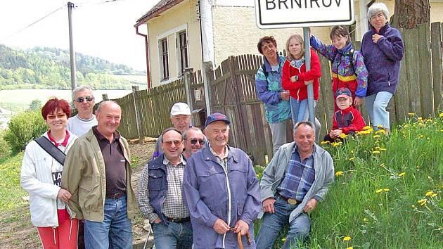 Mezi pochodníky  nesměl chybět  čerstvý pětasedmdesátník a zároveň nejstarší z  účastníků, Václav Pejsar (s hůlkou upředu)