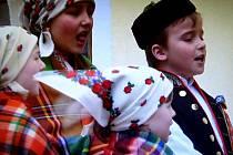 DĚTSKÝ SOUBOR MRÁČEK, přípravka Chodského souboru Mrákov. Mráček účinkoval v I. dílu televizního cyklu Naše tradice. Přinášíme záběr z pořadu.