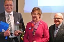 STAVITEL MOSTŮ 2013 Helmut Schweiger (zleva) při setkání s předsedkyní spolku Bavaria Bohemia Anne Gierlach a vedoucím Centra Bavaria Bohemia v Schönsee Hansem Eibauerem.