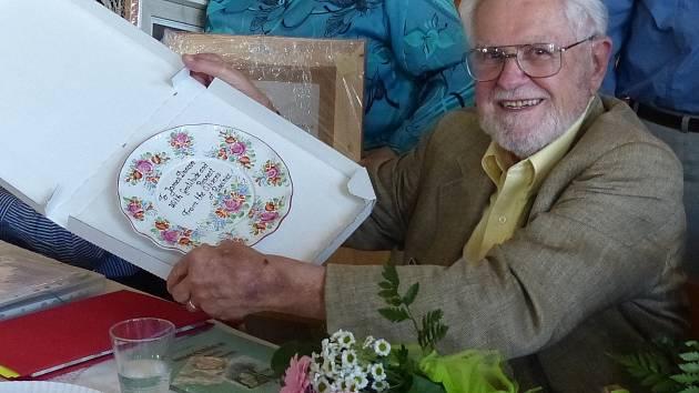 JAMES DUNCAN obdržel chodský talíř s věnováním: Jamesi Duncanovi s vděčností a úctou občané Pasečnice.