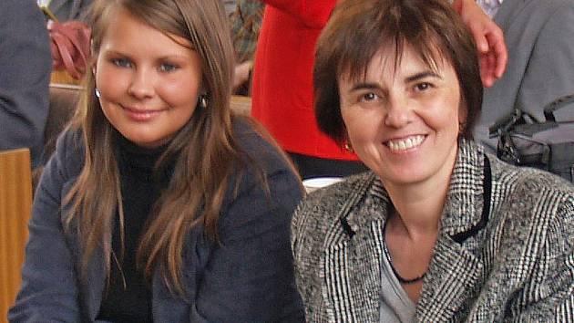 VELKOU RADOST MĚLY OBĚ. Marii Johánkovou  (vpravo) velice potěšilo vítězství její žačky Anety Krausové v prestižní soutěži EUSTORY. Zároveň bylo  pro vyučující dějepisného  semináře odměnou.