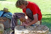 CHRISTOPHE DEMAN z Belgie se rozhodl vytvořit z kmene obrovskou lžičku, uvnitř navíc vyzdobenou.