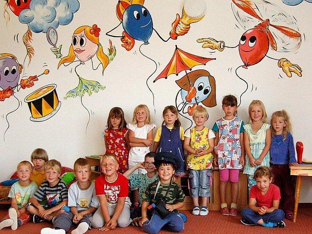 DĚTI Z MŠ V KOLOVČI nejvíce ocenily veselé obrázky, které zdobí venkovní a vnitří stěny jejich školky