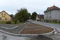 DLOUHÁ ULICE. Směrem od centra vyrůstá v této ulici směrem k železničnímu přejezdu nový chodník.