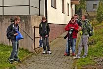ŠKOLÁCI. Tuto partu kluků jsme zastihli nedávno poblíž autobusové zastávky naproti škole. Díky vyvolané mimořádné změně jízdního řádu nebudou muset jejich mladší spolužáci po příjezdu autobusu od Nemanic čekat ráno na otevření školy.