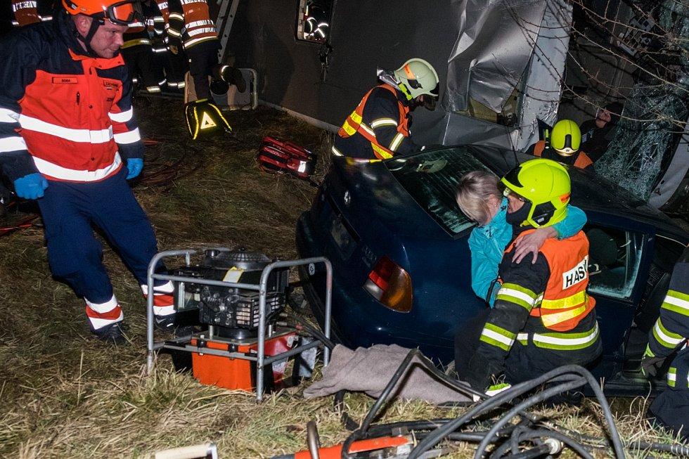 Záchranáři trénovali havárii autobusu u Dolního Metelska.