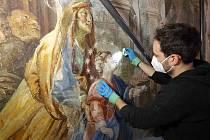 Obnovu vzácné fresky z 18. století provádí restaurátor David Hrabálek v kostele Narození Panny Marie na náměstí Míru v Domažlicích.
