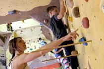 Monika Škarková instruuje mladé lezce na stěně.