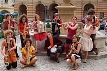 Jedenáct mladých francouzských muzikantů vystoupilo ve středu dopoledne u kašny na domažlickém náměstí.