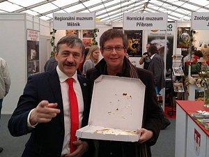 Moderátor Aleš Cibulka si z veletrhu odnesl chodský koláč.