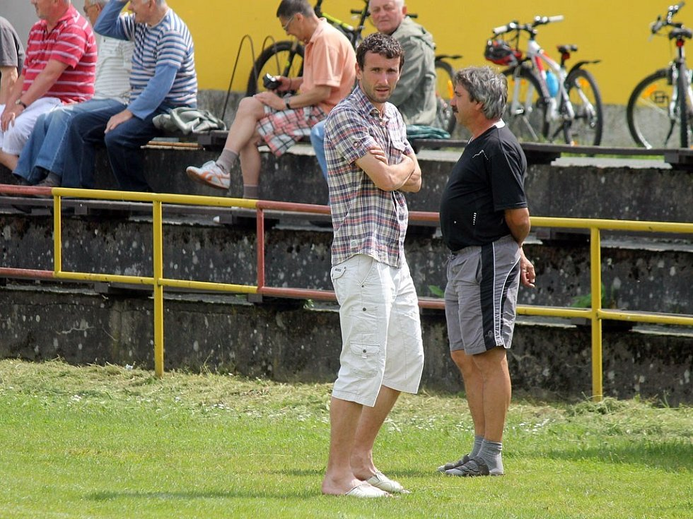 Z utkání fotbalistů Klenčí A s FC Dynamo H. Týn B a pohled na střídačku hostů. Že by nový trenér?