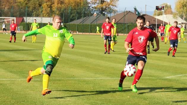 Pavel Chval (vlevo) chce svoji fotbalovou kariéru dohrát doma, ve Slavoji Chodová Planá.