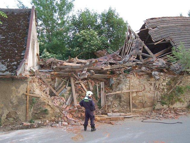 Střecha stodoly se zcela propadla.