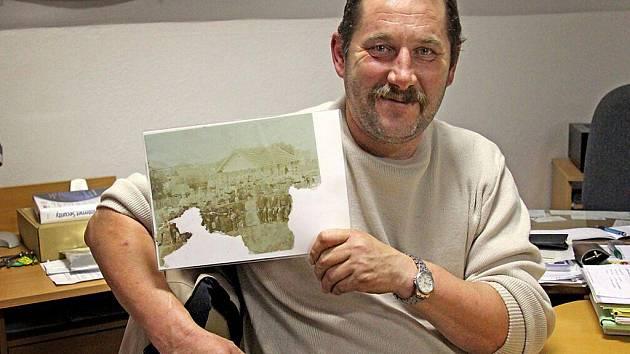 Velitel SDH Mířkov Miroslav Lehner s nejstarší dochovanou fotografií, na které najdeme členy mířkovského hasičského sboru.