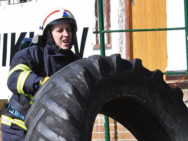 ŽELEZNÝ HASIČ. Poběžovičtí zařadili do soutěže ipřemístění pneumatiky.