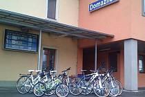 SEZONA ZAČÍNÁ. Kola z nádražní půjčovny v Domažlicích mohou cyklisté vrátit i na jiném nádraží.