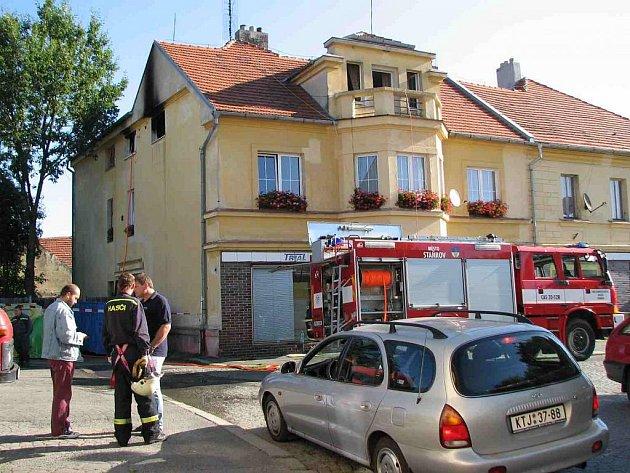 Dům na náměstí ve Staňkově, kde v noci na dnešek, 1. září, vypukl požár.