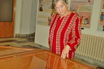 MARIE ZAJÍČKOVÁ z Horšovského Týna vystavuje ukázku ze své obsáhlé sbírky autogramů ve vestibulu domažlické knihovny.