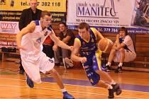 Basketbalista Jiskry Domažlice Michal Froněk (ve svělém)