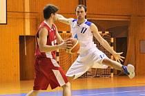 VÝBORNÁ DEFENZIVA. Dobrá obrana basketbalistů Jiskry Domažlice (na snímku Jakub Jiřinec) byla klíčem k úspěchu v druholigovém derby s rivalem z Klatov.