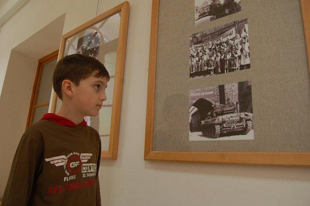 PETR VERUNĚK byl jedním z prvních, kdo si prohlédli výstavu dobových fotografií na ochozu Chodského hradu.