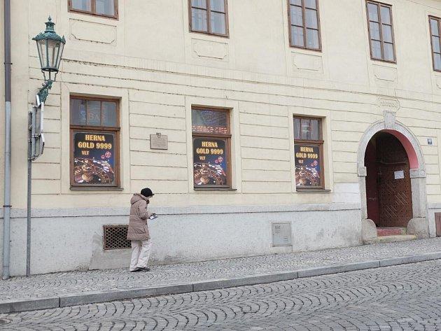 V měšťanském domě č. p. 107 na horšovskotýnském náměstí sídlí sport bar s hernou.