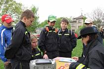 Mladý záchranář - Den s IZS. Mrákovský tým jsme zastihli u stanoviště, kde měl prokázat znalosti varovných signálů.