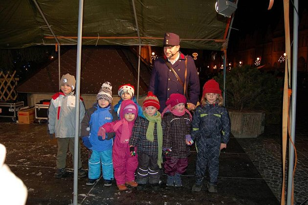 Domažlický ponocný Roman Holub na vánočních trzích na náměstí.