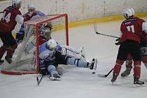 Hokejisté HC Domažlice (v bílomodrém) ve čtvrtfinále krajské ligy hrají dvakrát s HC Klatovy B. Poprvé dnes doma.