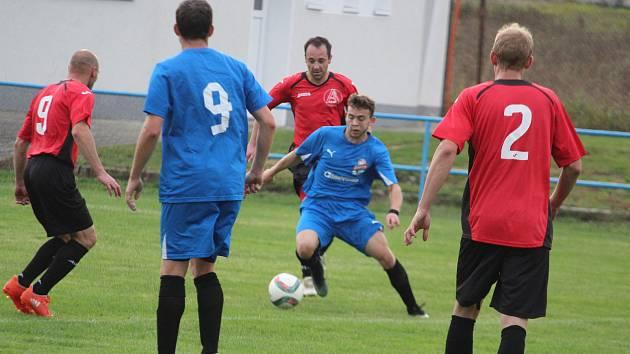 B-tým Postřekova (v modrém, s míčem Vladislav Cibotaru) se rozešel bez gólů s Poběžovicemi a prohrál na penalty 3:4.