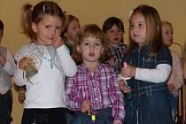 Z Vánoční besídky předškoláků v trhanovském zámku. Zvonečky v rukách dětí navodily tu správnounatmosféru.